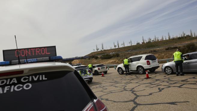Un coche de la Guardia Civil durante un control en la carretera R5 de Madrid.