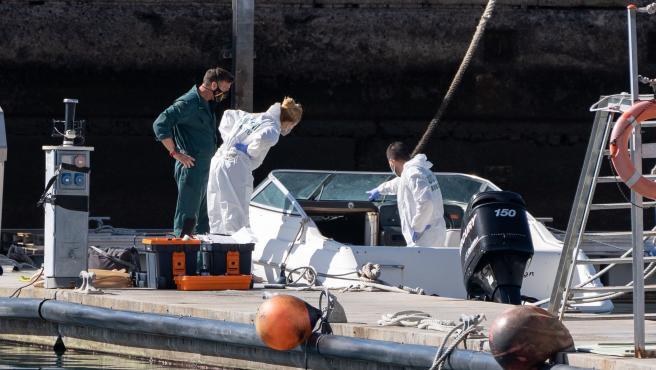 Científicos forenses analizan este jueves una embarcación en la base de la Guardia Civil del muelle pesquero de Santa Cruz de Tenerife.
