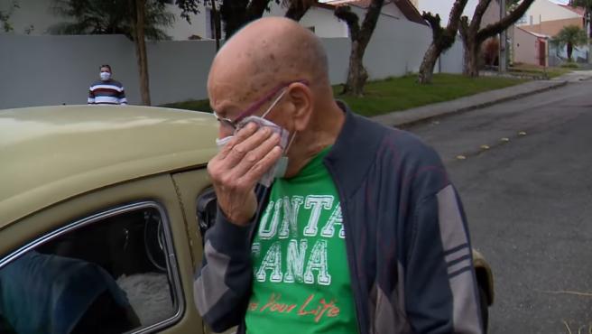 Momento en el que Marcelo Siqueira se emociona al recibir el coche de la mano de sus antiguos alumnos.