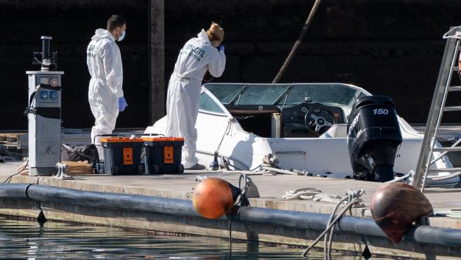 La policía científica analiza un barco del desaparecido con sus dos hijas en Tenerife.