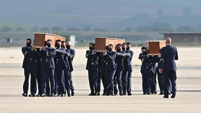 Varios soldados cargan en hombros los ataúdes de David Beriáin y Roberto Fraile.