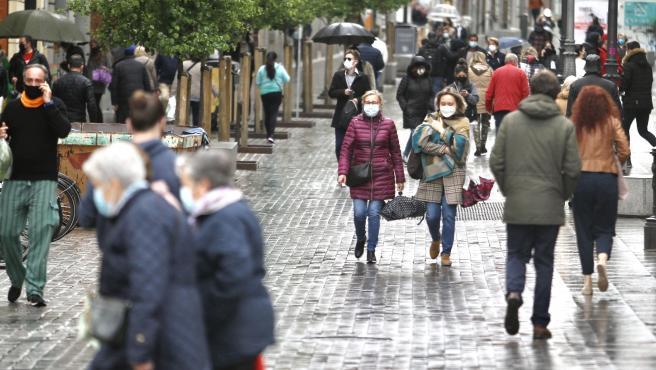 Un grupo de peatones deambula por las calles del centro de Madrid.