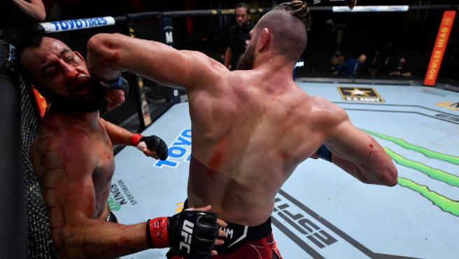 Jiri Denisa Prochazka deja KO a su rival con un codazo giratorio.