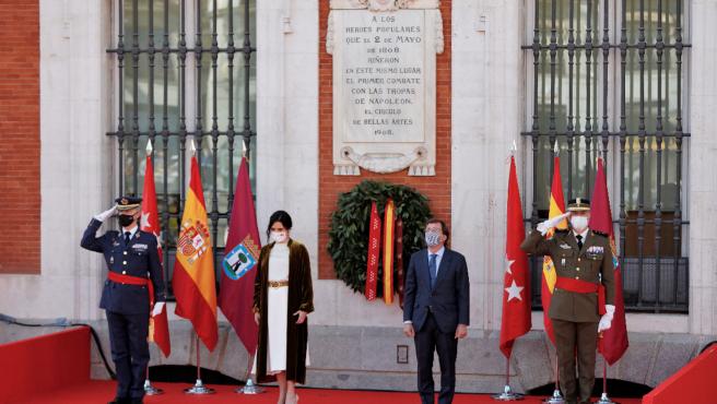 La presidenta de la Comunidad de Madrid, Isabel Díaz Ayuso, y el alcalde de la capital, José Luis Martínez-Almeida, durante el homenaje a los héroes del 2 de mayo.