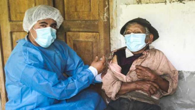 Vacunan contra la Covid-19 a un peruano de 121 años