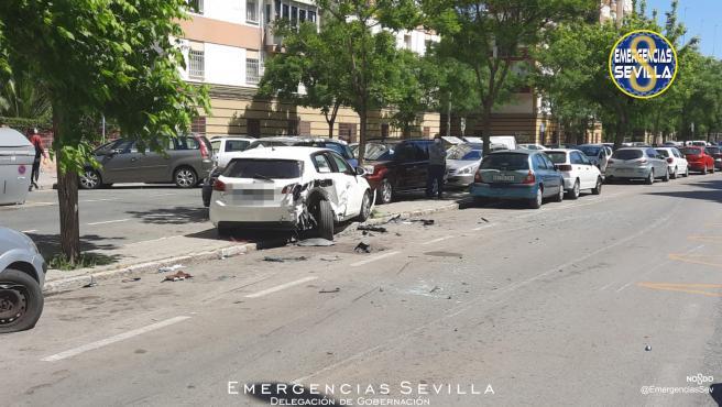 Sucesos.- Un turismo impacta contra un bus de Tussam y varios coches y su conductor se da a la fuga a pie