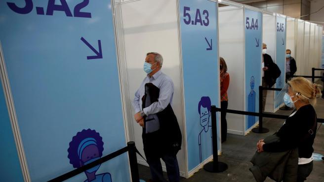 Un grupo de personas esperan a ser vacunados contra la Covid-19 la Fira de Barcelona.
