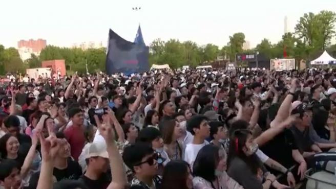 Miles de jóvenes asisten al Festival de Música de la Fresa en Wuhan sin mascarilla ni distancia de seguridad.