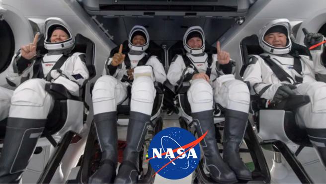 Unas lanchas motoras estuvieron esperando a los cuatro astronautas para ayudarlos en el rescate.