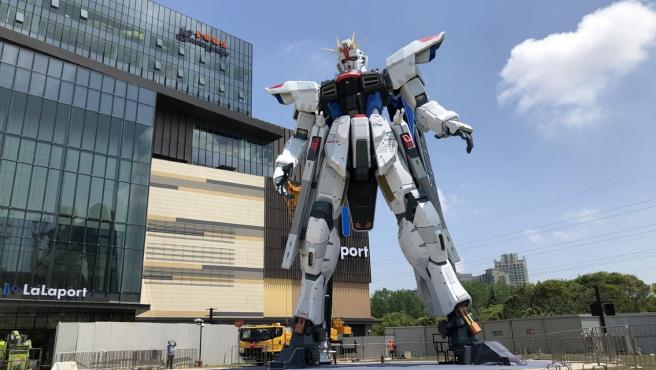 Mide 18 metros de alto y se encuentra en la puerta del Centro Comercial Lalaport.