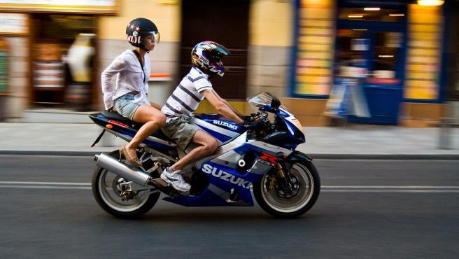 Es obligatorio llevar el casco e ir vestido adecuadamente, sobre todo en carretera.