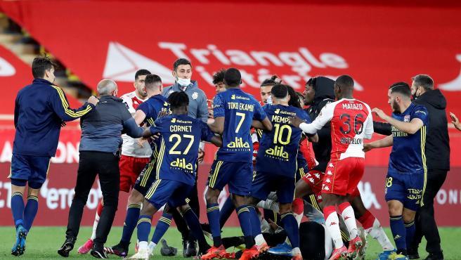 Pelea entre los jugadores del Mónaco y el Lyon.