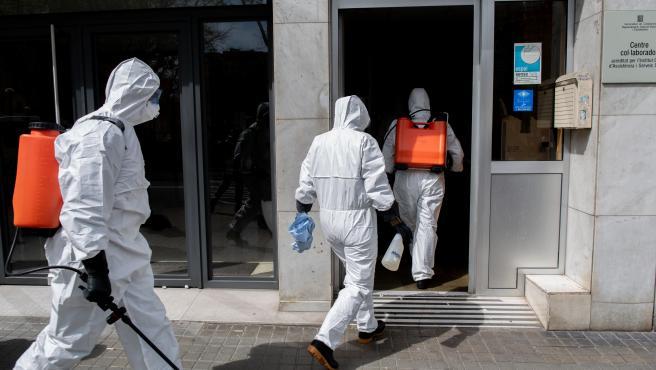Efectivos de la Unidad Militar de Emergencias entran en una residencia de ancianos de Barcelona para desinfectar durante el confinamiento.