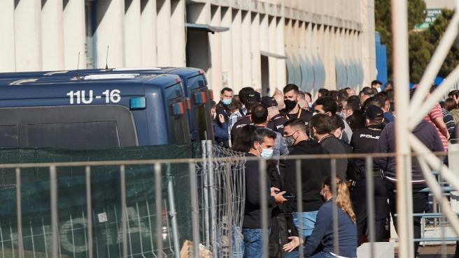 Agentes de la Guardia Civil y de la Policía Nacional de Cataluña hacen cola en las puertas de la Comisaría Nacional de la Zona Franca de Barcelona.