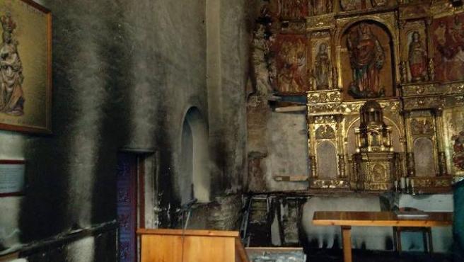 Huellas del incendio en el retablo de la iglesia de Balboa.