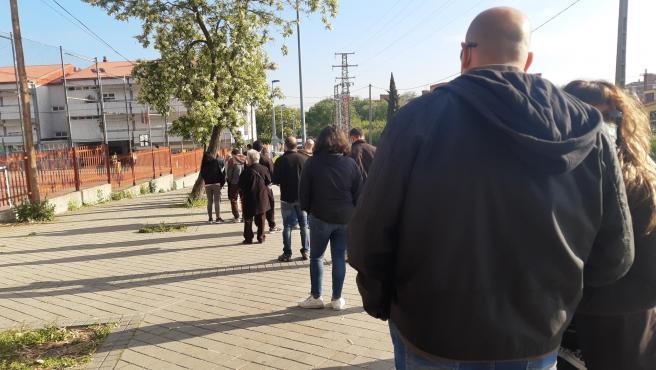 Colas para votar a la puerta del Colegio Francisco de Quevedo de Leganés