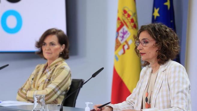 Carmen Calvo y María Jesús Montero, durante la rueda de prensa tras el Consejo de Ministros.