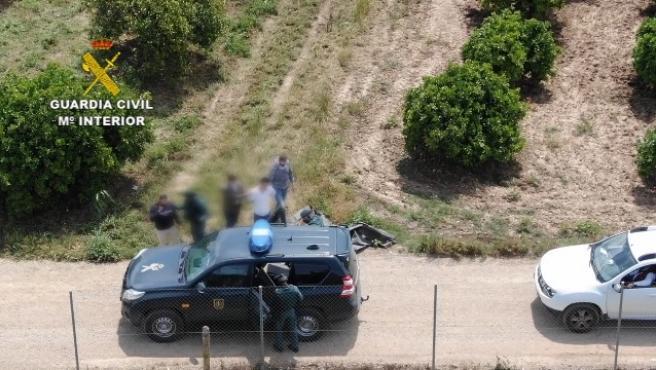 Momento de la detención del narcotraficante en La Algaba (Sevilla) por parte de la Guardia Civil.