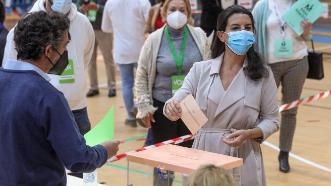 La candidata de Vox a la Presidencia regional, Rocío Monasterio, vota en el Colegio San Agustín de Madrid, durante las elecciones del 4-M.