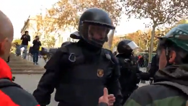 """El agente de los Mossos d'Esquadra en el momento en el que dijo """"la república no existe, idiota"""" durante las protestas independentistas contra la reunión del Consejo de Ministros en 2018 en Barcelona."""