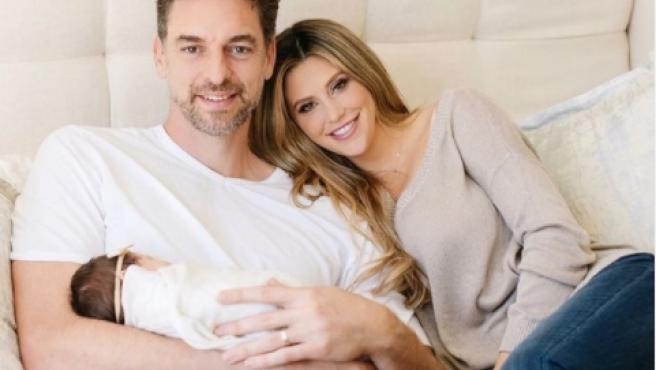 Pau Gasol y Cat McDonnell, junto a su hija.