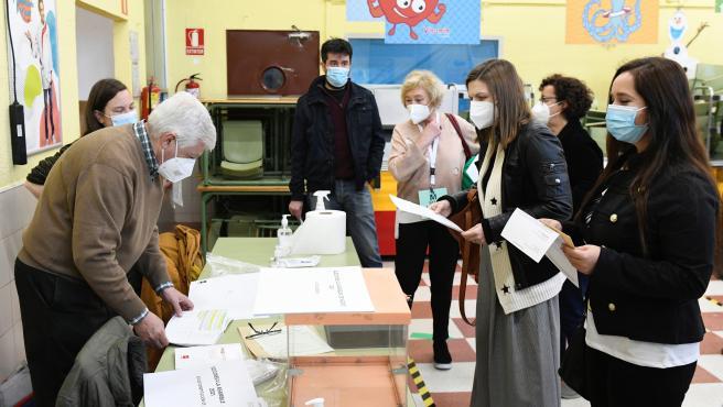 Los miembros de una mesa electoral ultiman los preparativos previos a la apertura del colegio Roma, en Madrid.