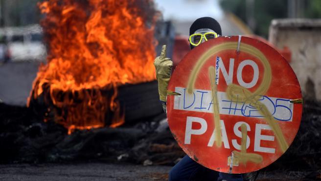 Un manifestante durante las protesta de Cali.