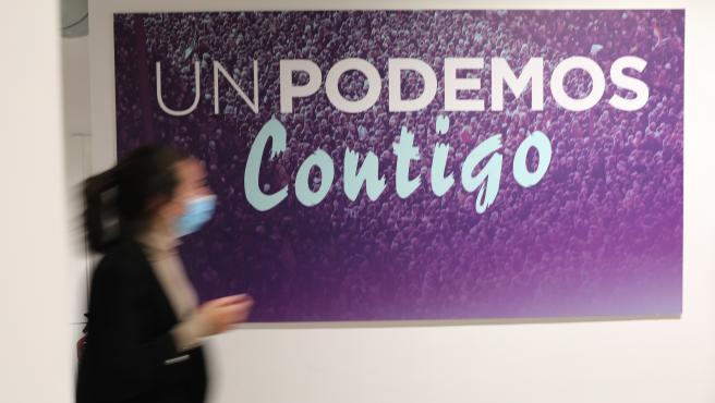 """Un cartel donde se lee """"Un Podemos contigo"""", en la sede donde los líderes del partido valoran los resultados de las elecciones a la Asamblea de Madrid, a 4 de mayo de 2021, en Madrid (España)."""