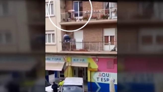 Un joven rescata subiendo por la fachada a una anciana a punto de caer.