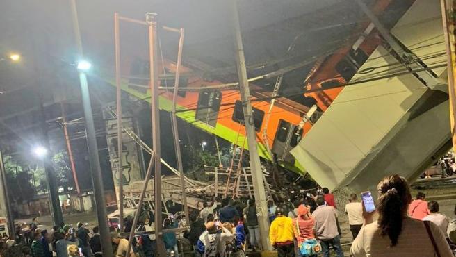 Un vagón caído tras el desplome de un puente en una estación de metro en Ciudad de México.