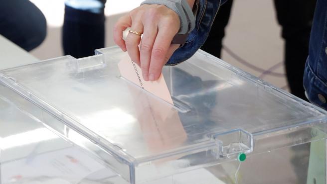 Una persona vota en el colegio público La Navata de la madrileña ciudad de Galapagar en las elecciones del 4-M