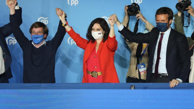Ayuso celebra la victoria con Almeida y Casado
