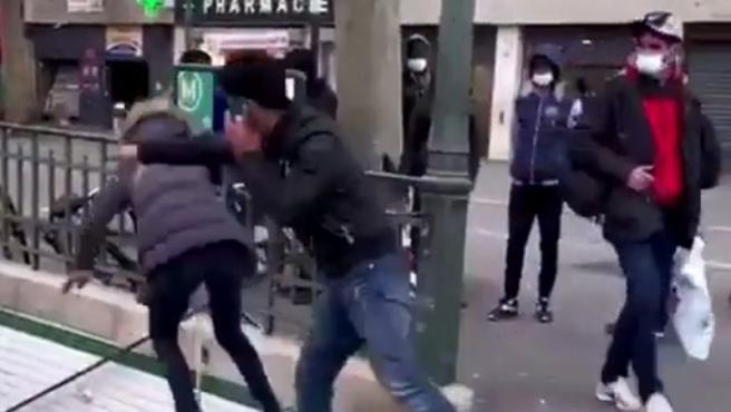 Momento del empujón en el metro de París.