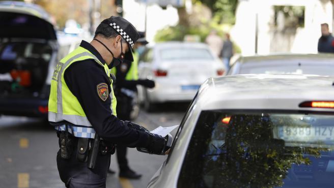 La Policía Local de Granada está realizando controles de tráfico en los accesos de la ciudad por el cierre del perímetro establecido por el aumento del número de infectados por el coronavirus en la capital y su área metropolitana