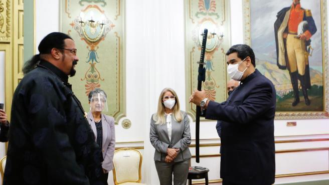 El presidente de Venezuela, Nicolás Maduro, recibe una espada samurái como regalo del actor estadounidense Steven Seagal, en Caracas.