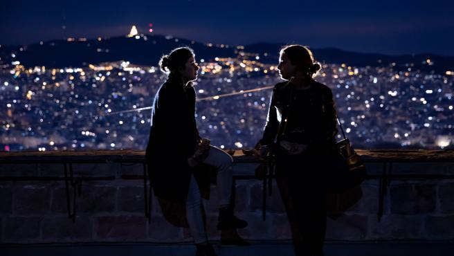 Dos jóvenes en el Castell de Montjuic de Barcelona, durante la Nit dels Museus, el 19 de mayo del 2019.