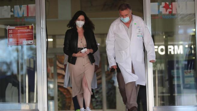La presidenta de la Comunidad de Madrid, Isabel Díaz Ayuso, tras visitar a Ángel Gabilondo en el hospital.