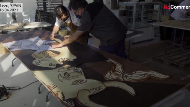Pasteleros recreando el Guernica con chocolate.