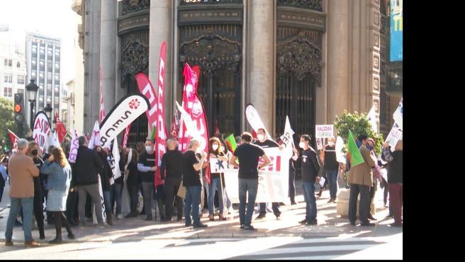 Protesta de treballadors de CaixaBank davant la seu a València