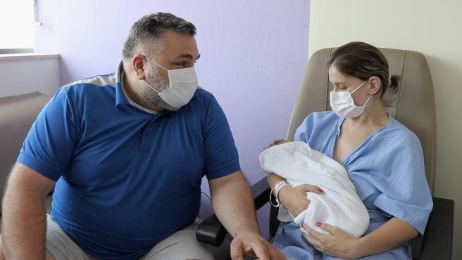 Una mujer da a luz en València a un bebé sano tras contraer la Covid-19 y estar ingresada un mes en Reanimación