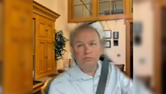 Andrew Brenner, senador republicano de Ohio, asiste a una videollamada mientras conduce.
