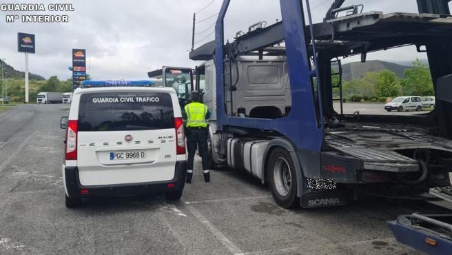 La Guardia Civil auxilia a un camionero que circulaba desorientado por la A-8 tras haberse golpeado la cabeza