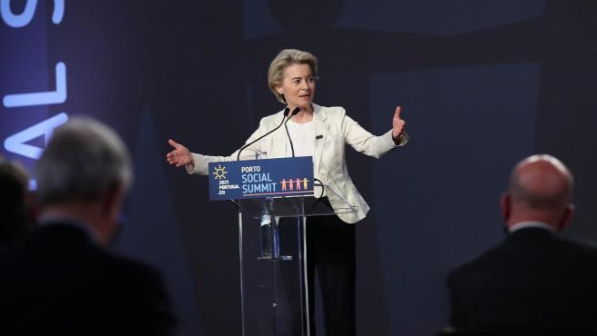 La presidenta de la Comisión Europea Ursula von der Leyen en la cumbre social europea de Oporto.
