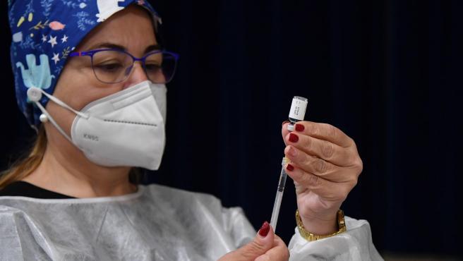 Una sanitaria carga una dosis de una vacuna contra la Covid en una jeringuilla.