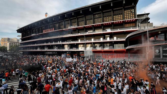 Miles de aficionados del Valencia, frente a Mestalla.