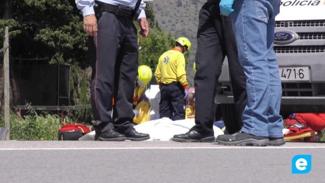 Efectivos sanitarios junto a una de las víctimas del atropello en Roses (Girona).