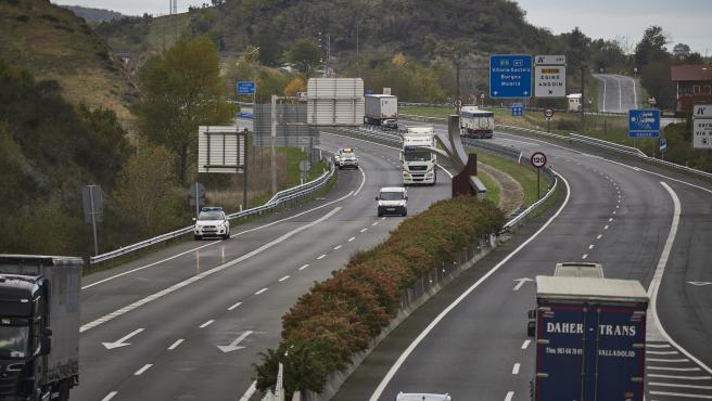 Tráfico en la A1 a la altura de Ziordia, en la frontera entre Navarra y Álava, en una imagen de archivo.