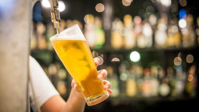 Una persona pone una cerveza en un pub.