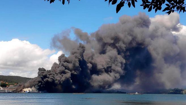 Un incendio en la fábrica conservera Jealsa, en Boiro, provoca una intensa humareda en la ría de Arousa.