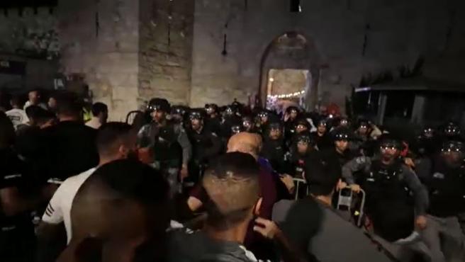 La Policía israelí durante los enfrentamientos de este viernes cerca de la mezquita Al Aqsa.